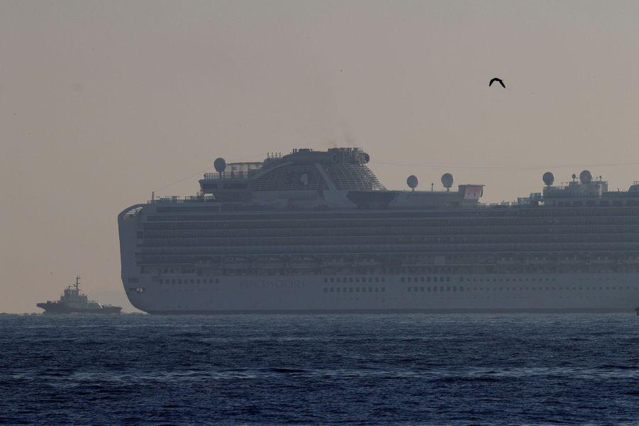 Plus de 3700 passagers et membres d'équipage sont placés en quarantaine au large de Yokohama sur un bateau de croisière, le Diamond Princess.