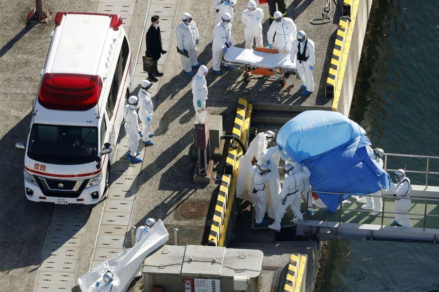 Dix personnes contaminées par le coronavirus ont été débarquées du paquebot.