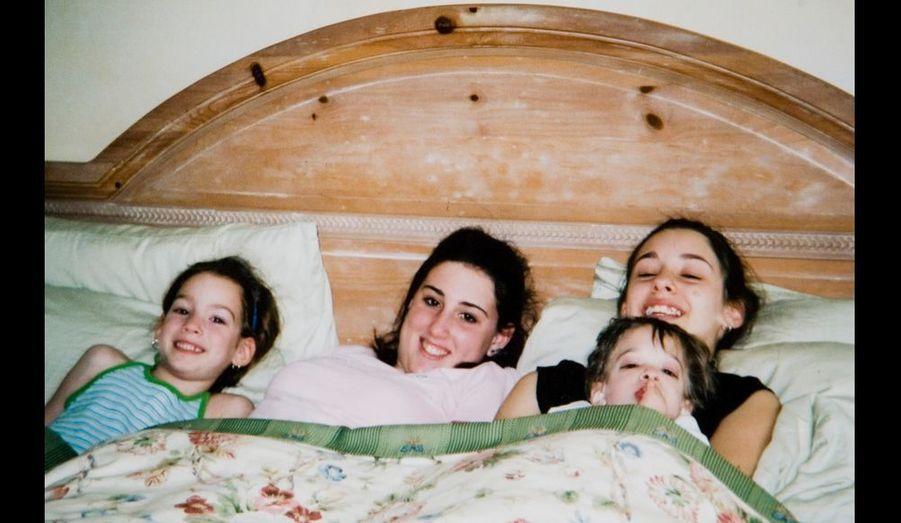 De g. à dr. : Carly, alors âgée de 6 ans, Melanie, la mère, Caitlin, 12 ans, qui tient Brooke dans ses bras.