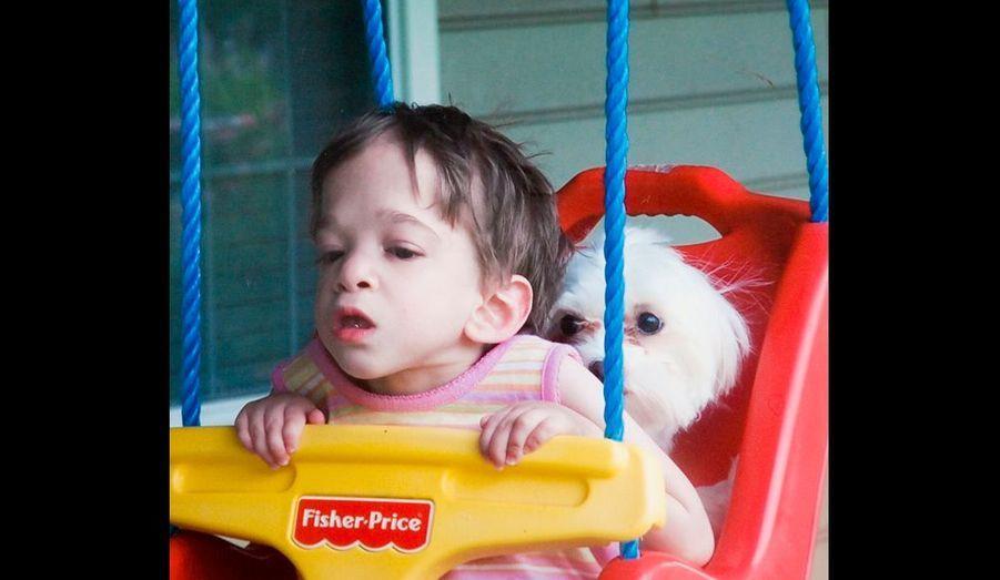 Brooke passe des heures dans sa petite balançoire en plastique, seule ou avec un des deux chiens de la maison. Ses mouvements de va-et-vient oscillent avec son humeur d'adolescente.