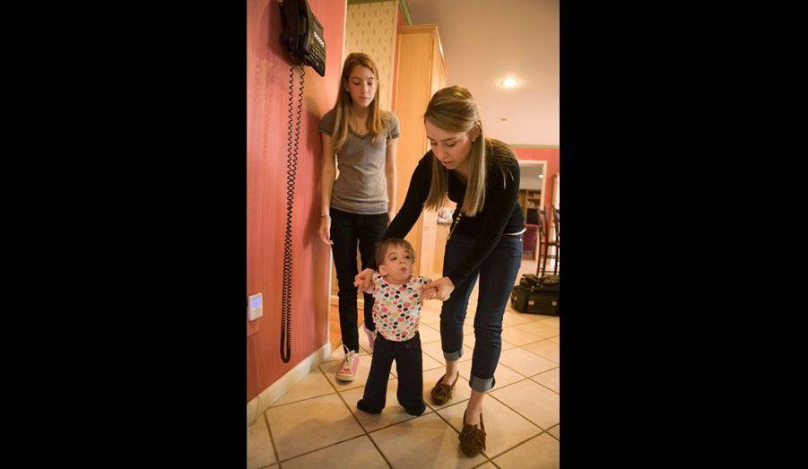 Seule, Brooke ne pas se tenir droit. Elle marche à quatre pattes, les jambes repliées sous le corps, à cause d'une malformation à sa hanche, un handicap de naissance.