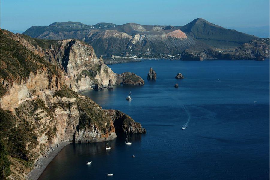 Les Eoliennes forment un archipel d'origine volcanique de sept îles. On les appelle les perles de la Méditerranée.