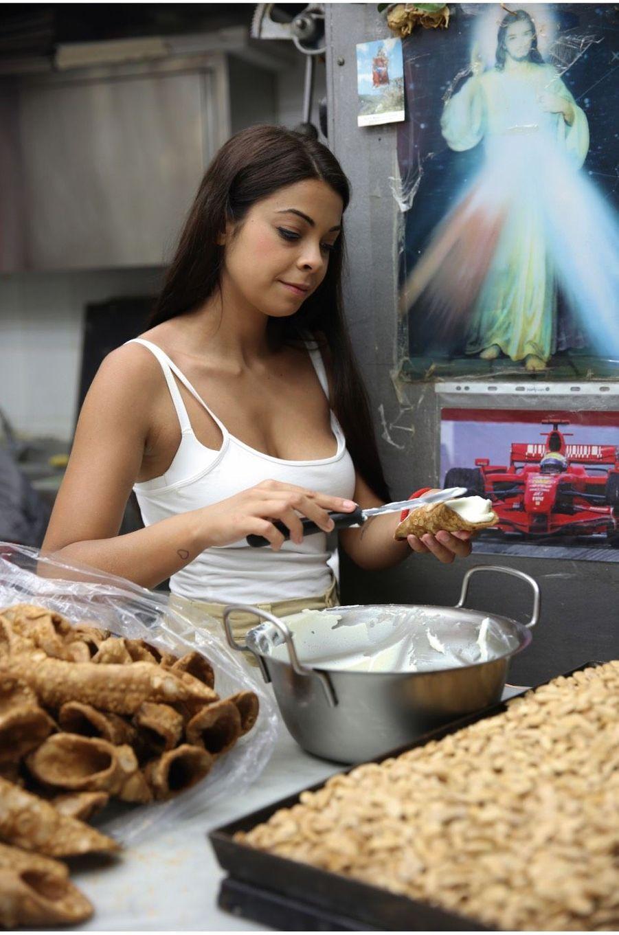 Dans une pasticceria, la préparation du traditionnel Cannolo.