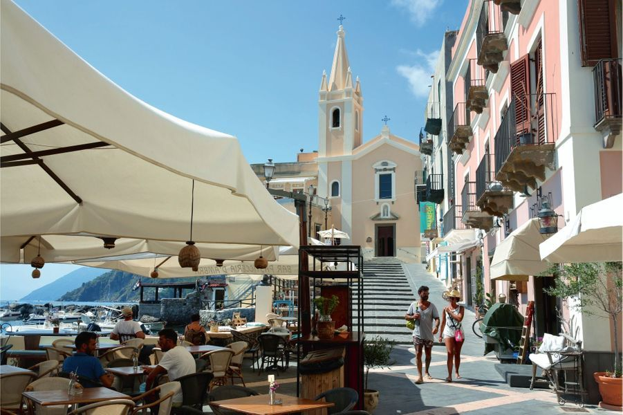 Le port de MarinaCorta et la Chiesa di San Giuseppe en haut des marches.