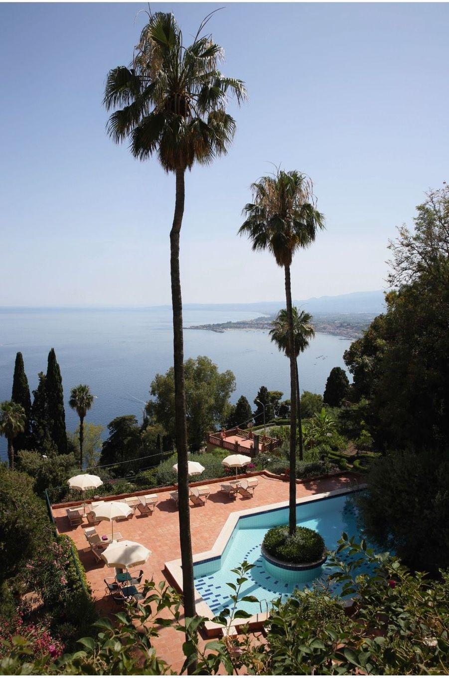 Vue en hauteur de la piscine de la villa Belvedere.
