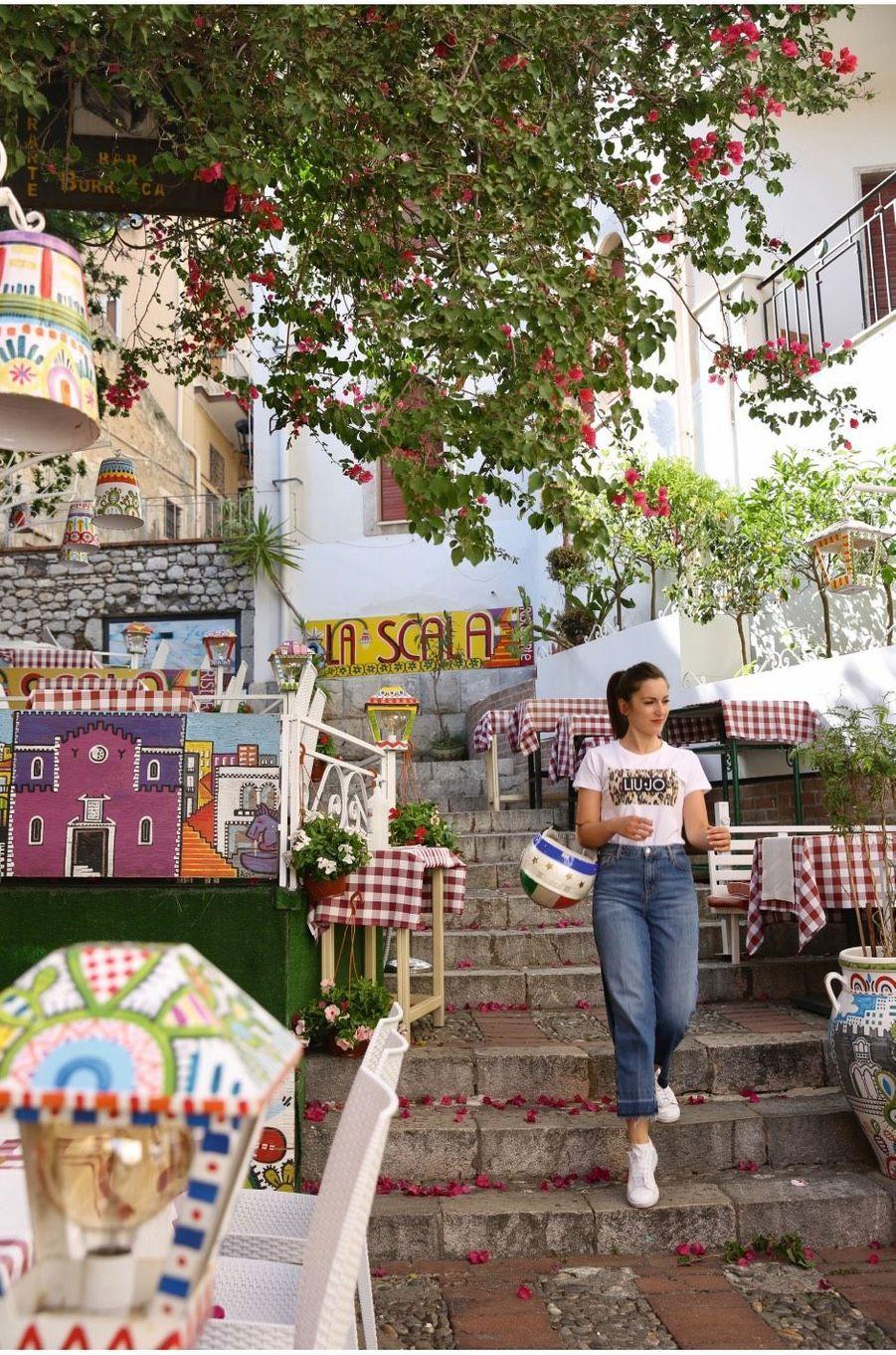Une jeune fille de Taormine près de la place du 9-Avril.
