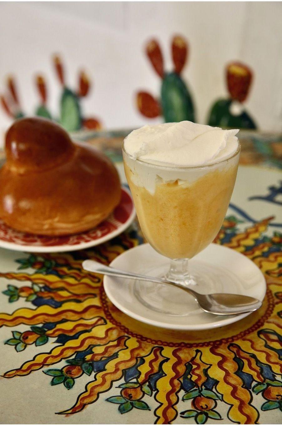 Brioche et granita, le petit déjeuner traditionnel au café le plus couru : le Bam Bar.
