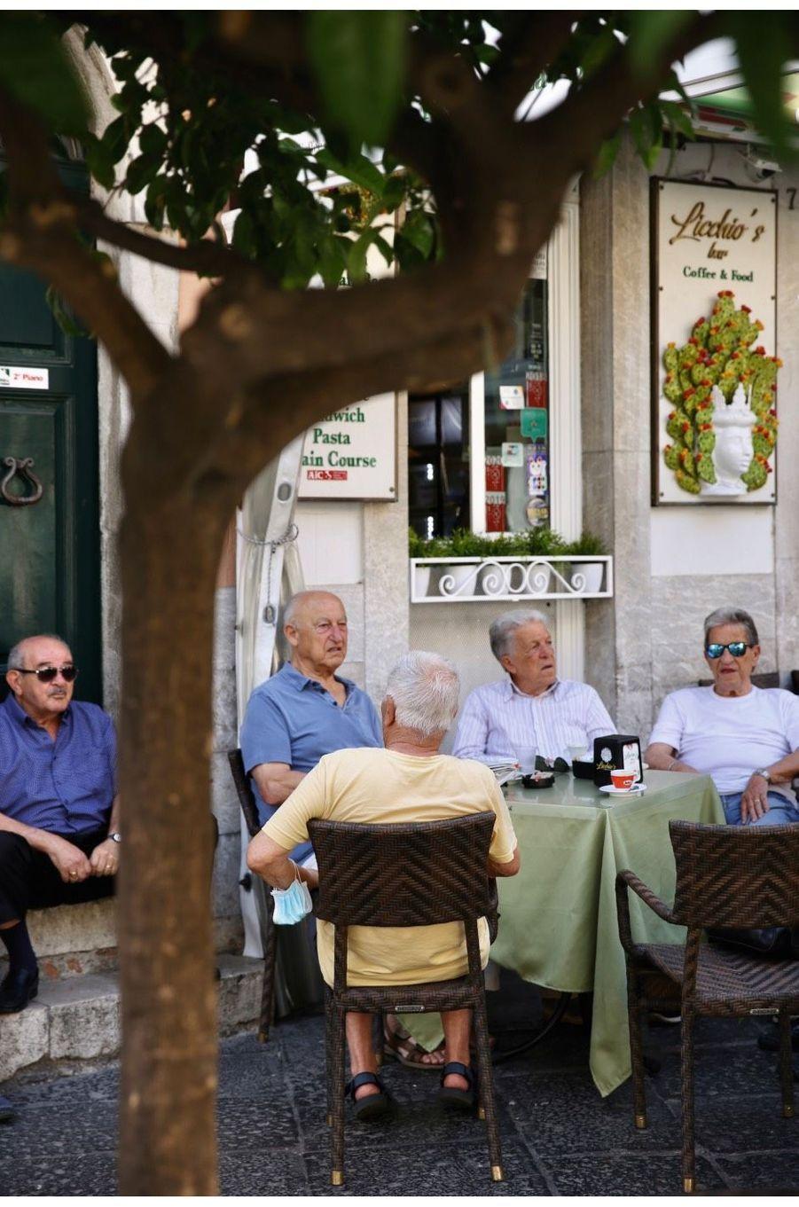 Liberté retrouvée, les anciens étirent les fins de repas...