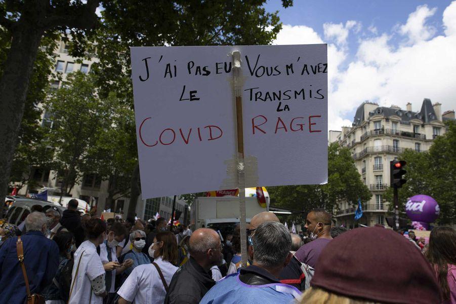 Les soignants battent le pavé mardi, ici à Paris devant le ministère de la Santé