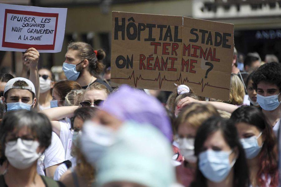 Les soignants battent le pavé mardi, ici à Paris