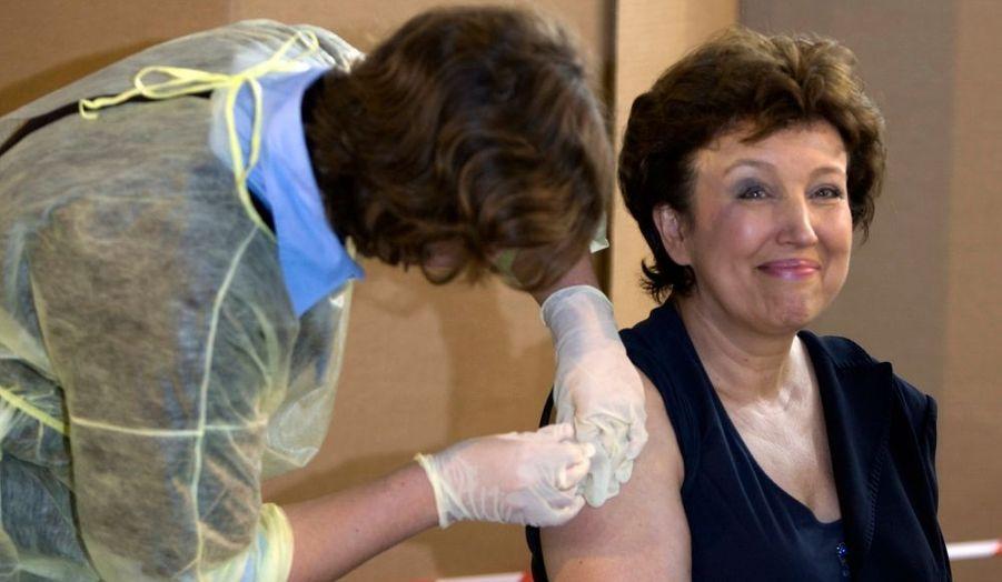 """Pour montrer l'exemple aux Français et """"prouver"""" que ce n'est pas dangereux, Roselyne Bachelot s'est fait vacciner ce matin contre la grippe A-H1N1. """"C'est une chance de se faire vacciner contre cette grippe, parce qu'elle peut être dangereuse. Il faut donc se faire vacciner"""", a insisté la ministre de la Santé."""