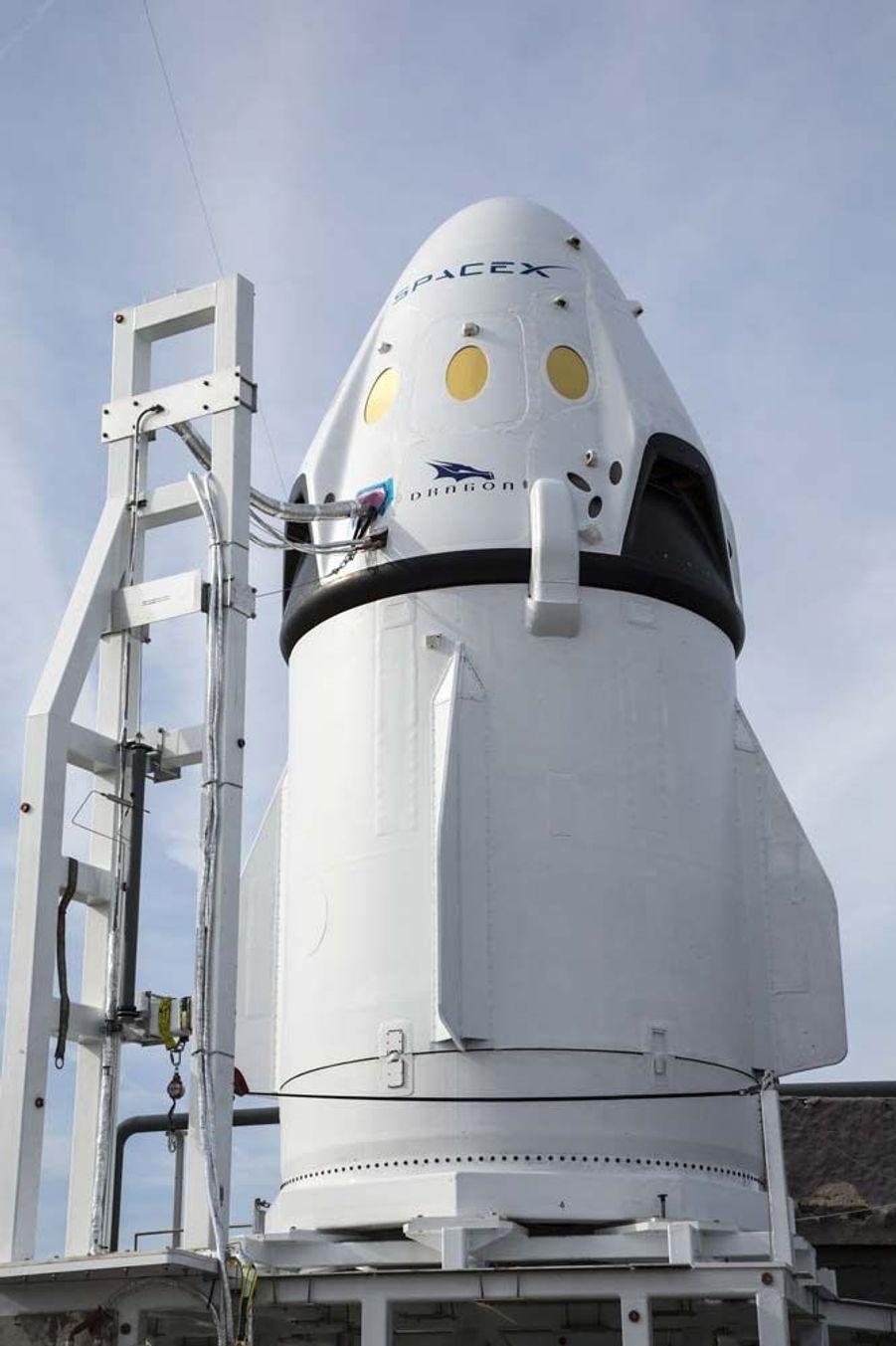 L'année 2015 a été riche en actualités spatiales. Entre les épisodesRosetta et Philaesur la comète Tchouri, ladécouverte d'eau liquidesur Mars,les magnifiques clichésde la planète naine Pluton,la conquête spatialede Jeff Bezos, oules mystérieuses lumières de Cérès, les mordus d'étoiles ont été servis.A la fin de l'année 2016, SpaceX fera encore couler de l'encre avec sa navette Dragon V2, qui a été choisie par la Nasa pour transporter des astronautes vers l'ISS. Las, le vaisseau de la société du milliardaire Elon Musk, actuel propriétaire de Tesla, est hors service depuis 2011. Dragon V2 devrait alors passer des vols d'essais à cette période pour tester sa fiabilité. Si les tests sont concluants, SpaceX pourrait entamer des vols habités en 2017.