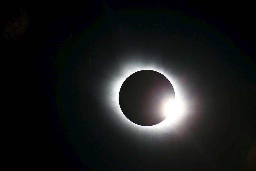 L'année 2015 a été riche en actualités spatiales. Entre les épisodesRosetta et Philaesur la comète Tchouri, ladécouverte d'eau liquidesur Mars,les magnifiques clichésde la planète naine Pluton,la conquête spatialede Jeff Bezos, oules mystérieuses lumières de Cérès, les mordus d'étoiles ont été servis.Le 9 mars prochain, la 10e éclipse totale du XXIe siècle se produira. Elle commencera dans l'Océan indien, passera au sud de Sumatra, au sud de Bornéo, puis au centre des Célèbes.