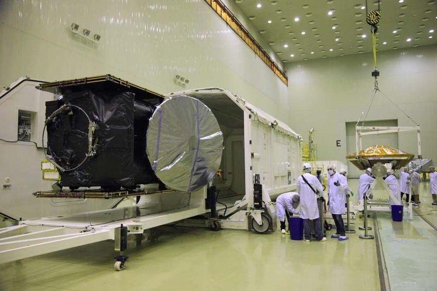 L'année 2015 a été riche en actualités spatiales. Entre les épisodes Rosetta et Philae sur la comète Tchouri, la découverte d'eau liquide sur Mars, les magnifiques clichés de la planète naine Pluton, la conquête spatiale de Jeff Bezos, ou les mystérieuses lumières de Cérès, les mordus d'étoiles ont été servis.Au mois de mars, l'Agence spatiale européenne (ESA) va débuter la mission «Exomars». Une mission qui consiste à envoyer un module en orbite autour de la planète rouge afin de collecter des informations sur celle-ci. Les scientifiques cherchent à vérifier l'existence de méthane et d'autres gaz atmosphériques, qui pourrait être des signatures de processus biologiques ou géologique.Ce travail vise également à préparer la suite de la mission, qui prévoit l'arrivée en 2018 d'un vaisseau spatial non habité contenant un véhicule tout terrain des instruments scientifiques.