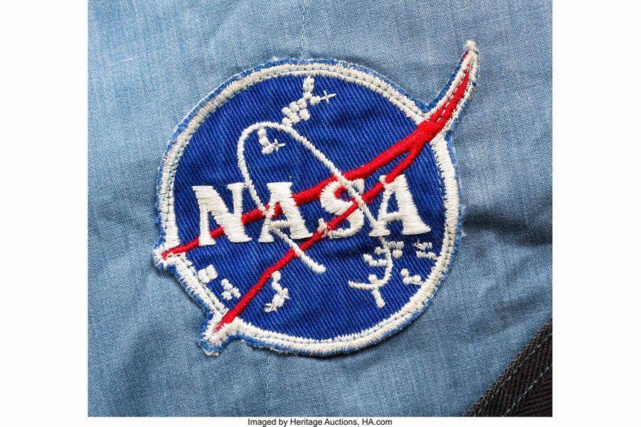 Ecusson de la Nasa sur la combinaison de Neil Armstrong.