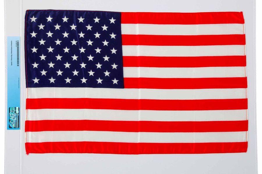 Ce drapeau américain a été emmené lors du voyage sur la Lune d'Armstrong. Il est estimé à 75.000 dollars par Heritage Auctions, la maison organisatrice de la vente.