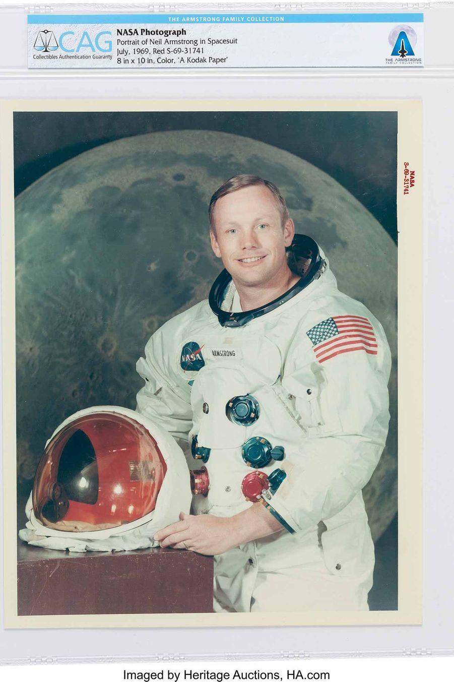 Portrait officiel de Neil Armstrong en combinaison spatiale par la Nasa.