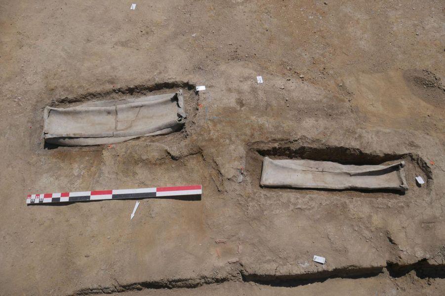 Vue de deux cercueils en plomb.