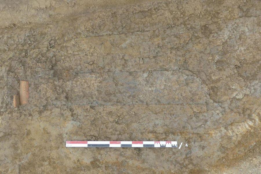 Traces d'un cercueil avec repose-tête en tuiles.