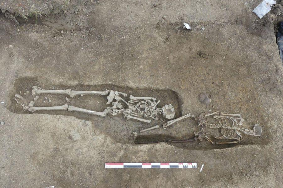 Vue de deux sépultures. Une tombe, plus tardive, recoupe l'autre.