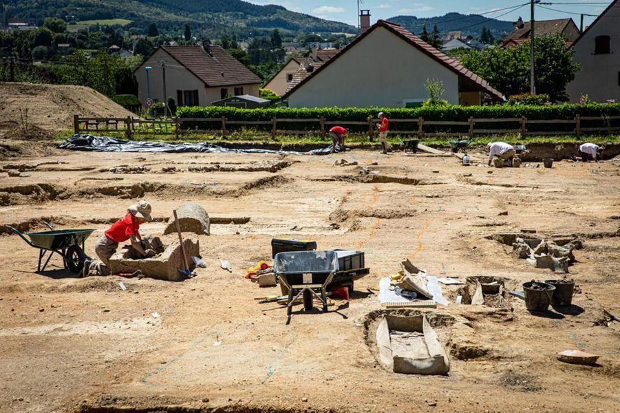 Vue générale du chantier. À droite, des cercueils en plomb, à gauche, des sarcophages, et en arrière-plan, on distingue les fondations d'un ancien mausolée.