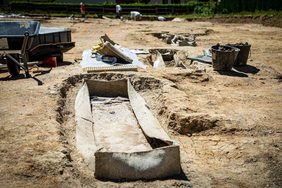 Cercueil en plomb en cours de dégagement.