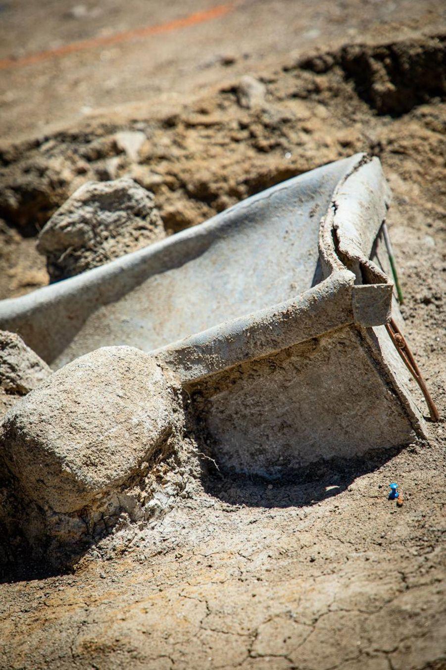Extrémité d'un cercueil en plomb.