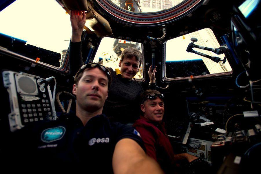 Selfie spatial entre coéquipiers dans la Cupola
