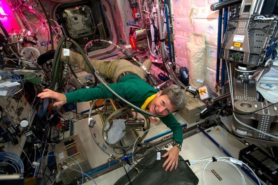 Peggy Whitson attaquée par le monstre (les cables) de l'ISS