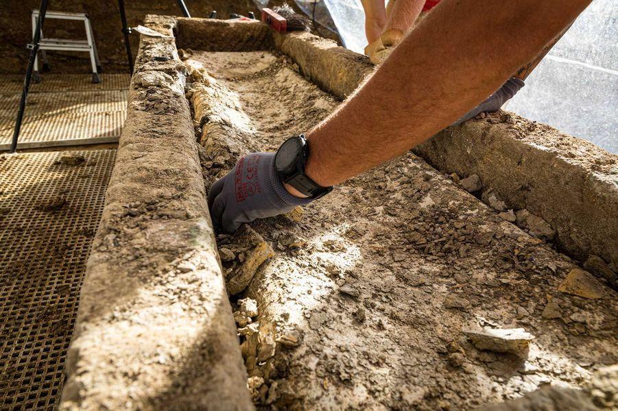 Nettoyage du couvercle cercueil en plomb avant ouverture