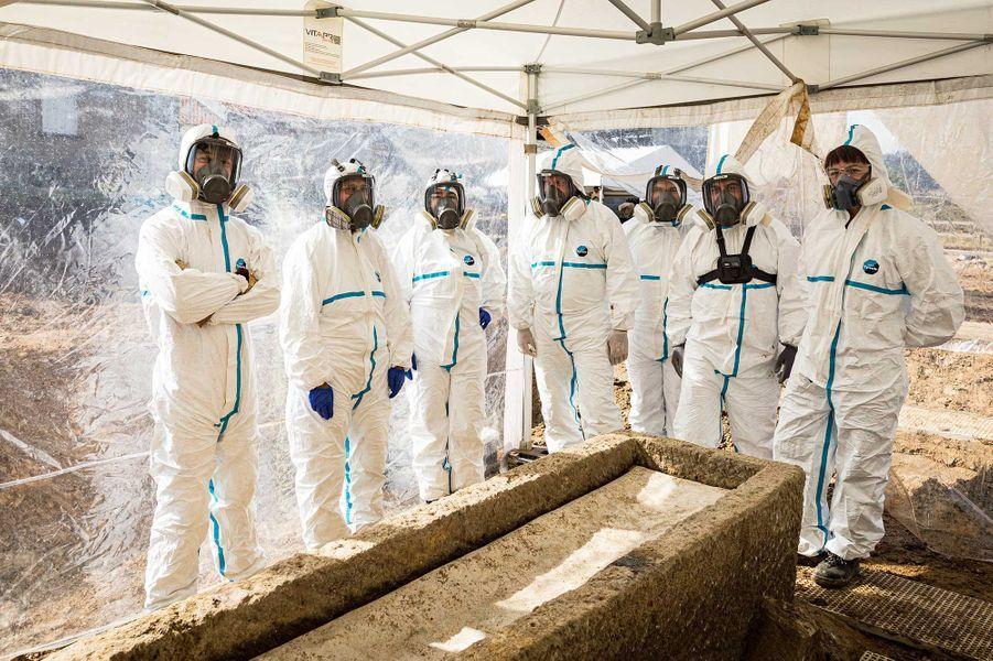 L'ensemble de l'équipe ayant procédé à l'ouverture, puis à la fouille du cercueil en plomb, présumé hermétique.