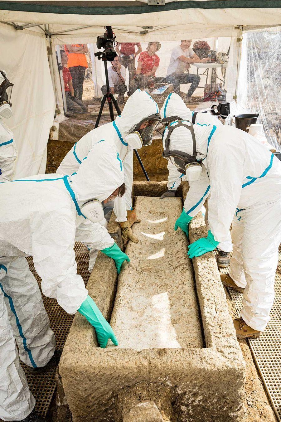Ouverture du cercueil en plomb, dans des conditions sanitaires strictes