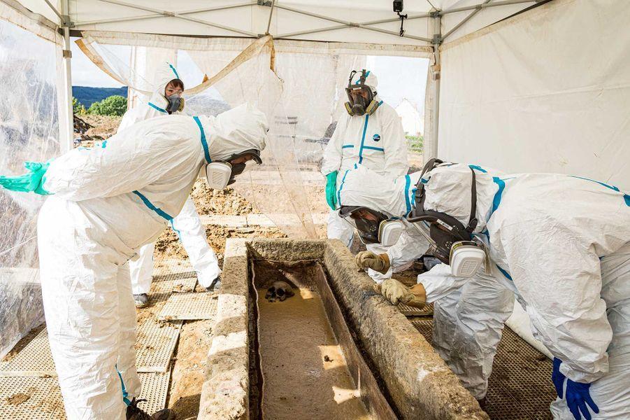 Découverte de la sépulture après ouverture du cercueil en plomb