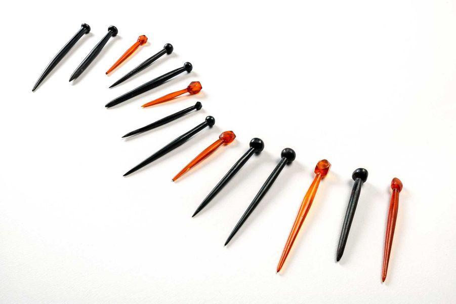 Épingles provenant des sépultures 162 (épingles en jais) et 43 (épingles orange en ambre). Si le matériau et la provenance sont très différents, la typologie (forme) des épingles est très proche. Datation: IVe siècle