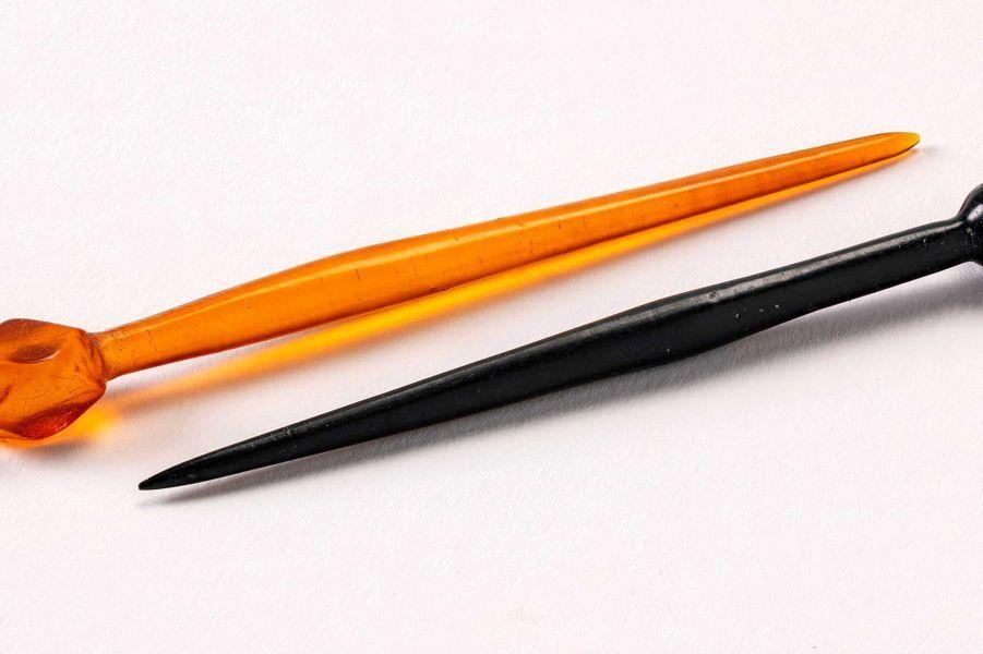 Épingles provenant des sépultures 162 (épingle en jais) et 43 (épingles orange en ambre). Si le matériau et la provenance sont très différents, la typologie (forme) des épingles est très proche. Datation: IVe siècle ?