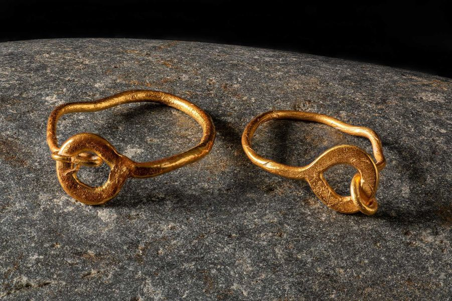 Boucles d'oreille en or, retrouvées dans la tombe en cercueil de plomb d'un jeune enfant.