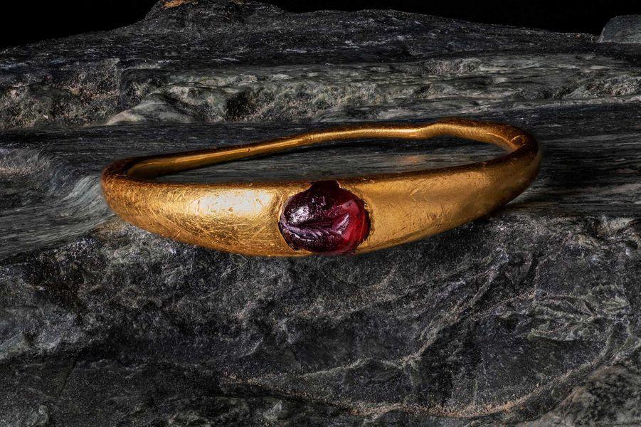 Bague en or avec grenat, retrouvée dans la sépulture d'un enfant ou d'un adolescent.