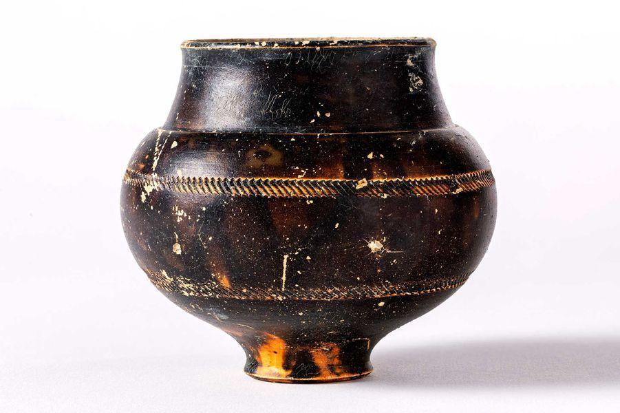 Gobelet en céramique trouvé en dépôt dans la sépulture 25 Datation: IIIe siècle