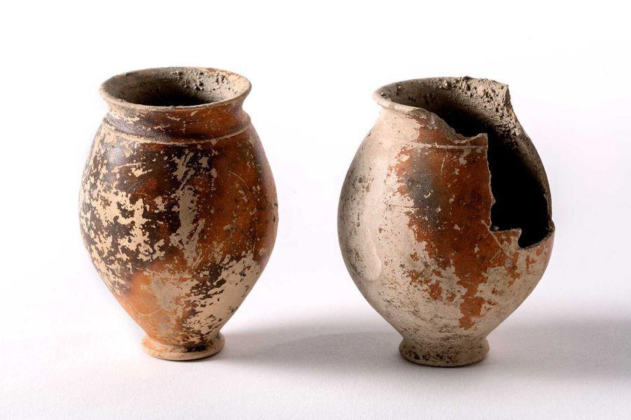 Gobelets en céramique trouvés en dépôt dans la sépulture 210. Datation: IIIe siècle