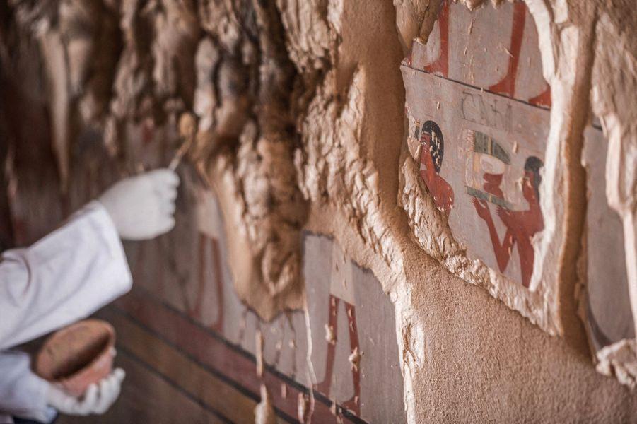 La tombe découverte à Gurna à un inconnu appelé Djehutyshedsu, décédé pendant la 19ème dynastie, soit entre 1292 à 1189 av. J.-C.
