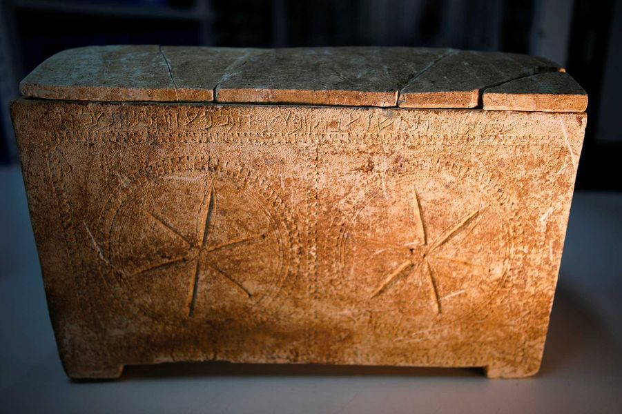 """Un ossuaire sur lequel est inscris en hébreux """"Yeshoua""""."""
