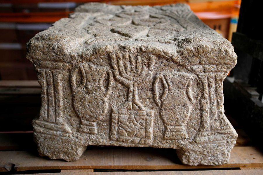 La Magdala Stone, sur laquelle on peut distinguer la première représentation du Menorah (le chandelier à sept branches des Hebreux).