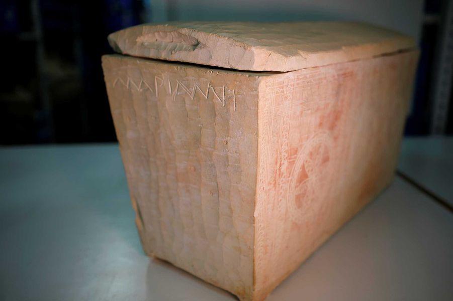 """Un autre ossuaire avec des inscriptions en grecformant le mot """"Maria""""."""