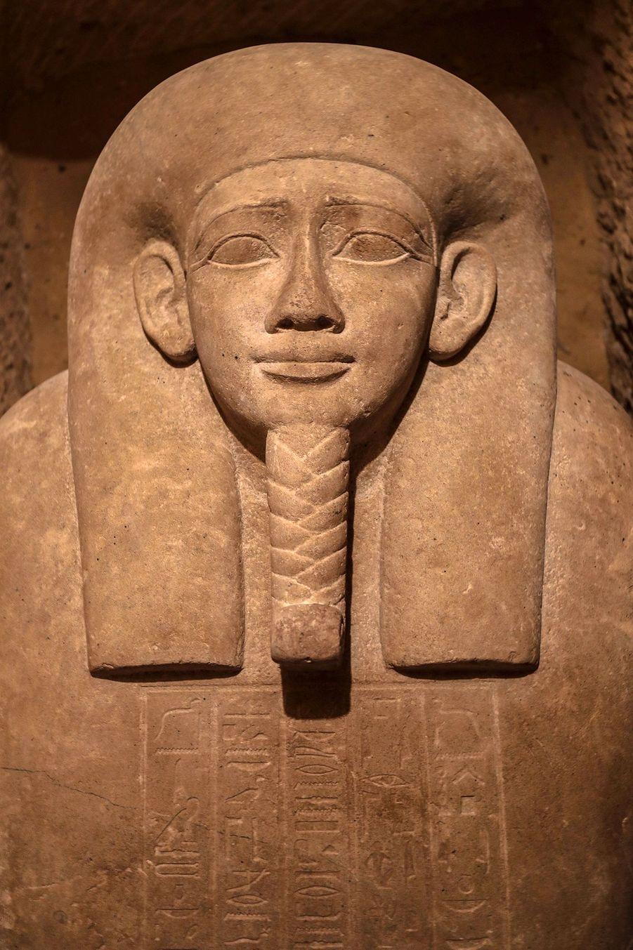 Seize tombes, contenant au total vingt sarcophages dont certains gravés d'hiéroglyphes, ont été exhumées par une mission archéologique égyptienne sur le site d'Al Ghoreifadans la région de Minya, à 300 kilomètres au sud du Caire.