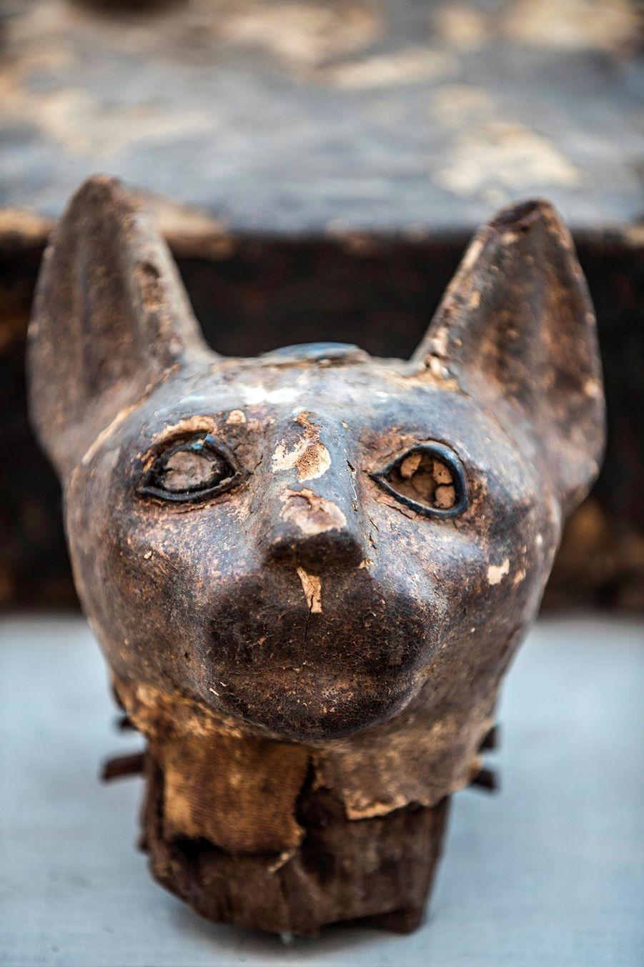 Une statuette de chat.