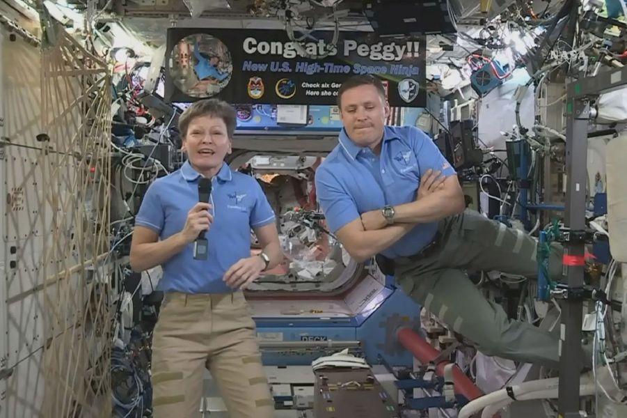 Jack Fisher et Peggy Whitson, les astronautes américains dans l'ISS.