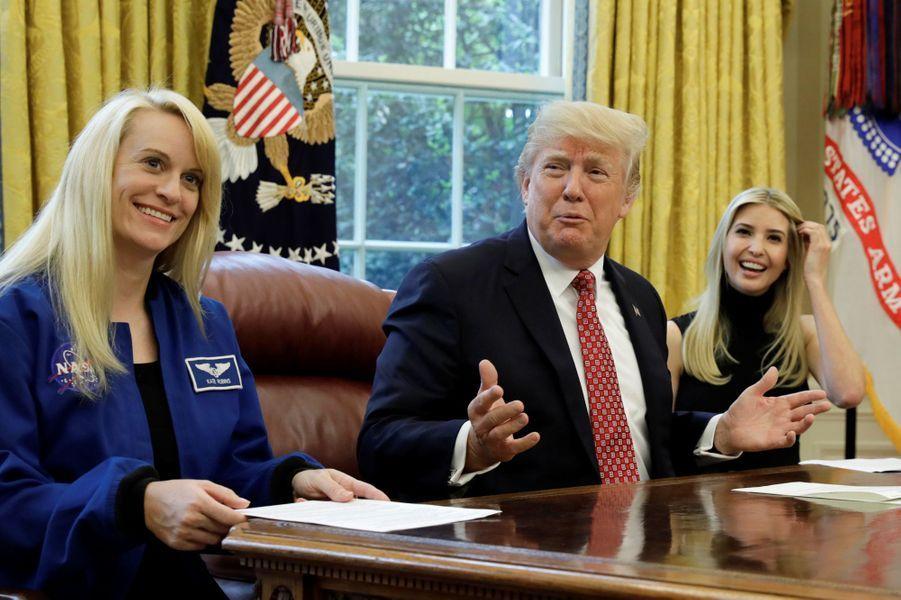 Donald Trump, Ivanka Trump etl'astronaute Kate Rubinsont parlé avec les astronautes de l'ISS dans le Bureau ovale, le 24 avril 2017.