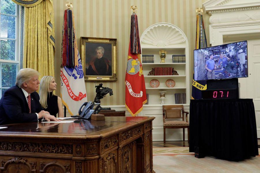 Donald et Ivanka Trump ont parlé avec les astronautes de l'ISS dans le Bureau ovale, le 24 avril 2017.