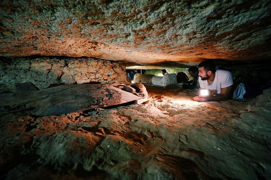 Au sud du Caire, près du site archéologique de Tounah el-Gebel, des archéologues ont mis au jour des artefacts vieux de 2000 ans dans une nécropole.