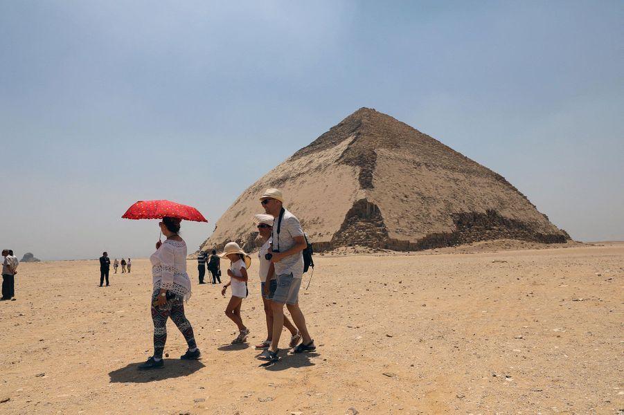 Une pyramide construite pour le pharaon Snéfrou, fondateur de la quatrième dynastie des pharaons d'Egypte, et une autre voisine ont été accessibles au public pour la première fois depuis 1965.